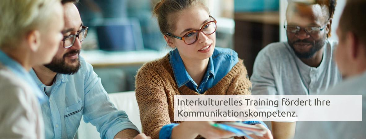 Eine Frau mit Brille sitzt in einer Gruppe bei dem interkulturellen Training in Bremen