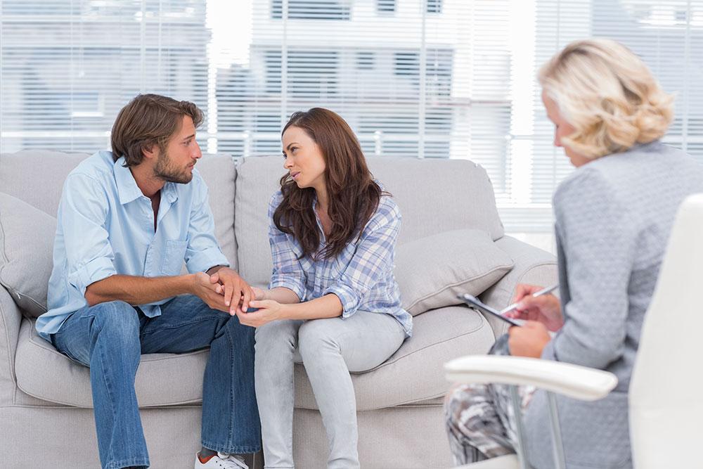 Ein Paar lässt sich psychologisch beraten.